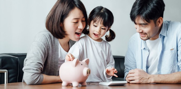 parents teaching kid about money