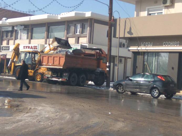 Φορτώνει το χιόνι σε φορτηγά ο δήμος για να καθαρίσει τους δρόμους- Καθαροί οι κεντρικοί δρόμοι (Φωτό)