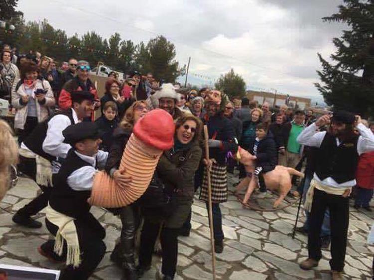 """Αναβίωσε το """"Μπουρανί"""" στον Τύρναβο- Περίσσευαν τα πειράγματα στη γιορτή του φαλλού (Φωτό)"""