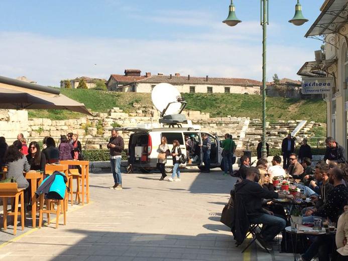 Έφτασαν τα δορυφορικά στο Αρχαίο Θέατρο για την μετάδοση του δελτίου της ΕΡΤ 3- Τί θέματα θα δείτε από την Λάρισα; (Φωτό)