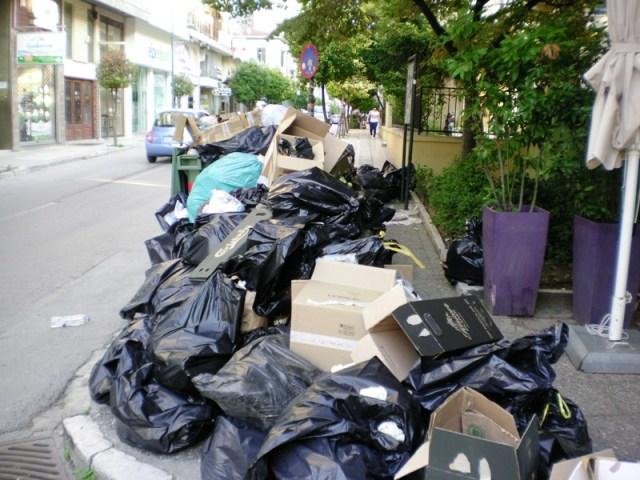 skoup1 1 - Βουνά τα σκουπίδια στη Λάρισα – Άσχημη η εικόνα στο κέντρο της πόλης