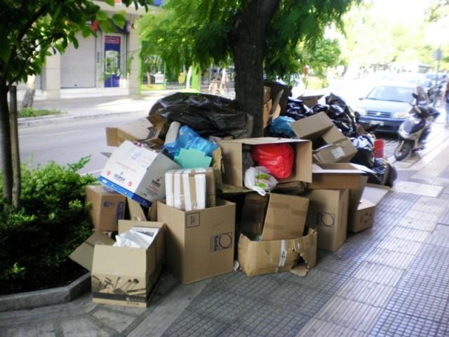 skoup3 1 - Βουνά τα σκουπίδια στη Λάρισα – Άσχημη η εικόνα στο κέντρο της πόλης