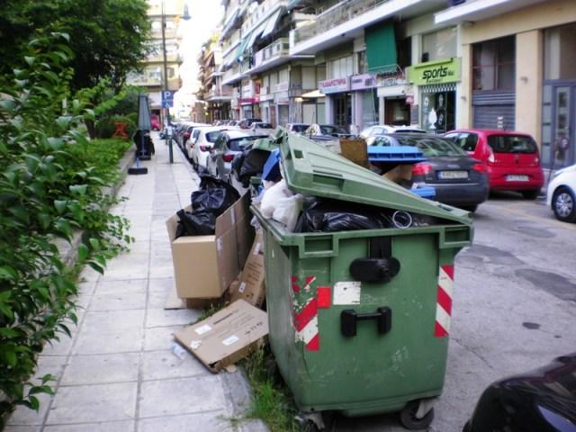 skoup5 1 - Βουνά τα σκουπίδια στη Λάρισα – Άσχημη η εικόνα στο κέντρο της πόλης