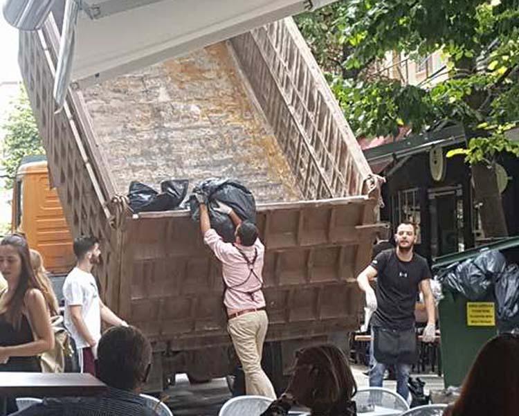Λαρισαίοι πήραν το... νόμο στα χέρια τους: Μαζεύουν σκουπίδια σε φορτηγό! (φωτό)