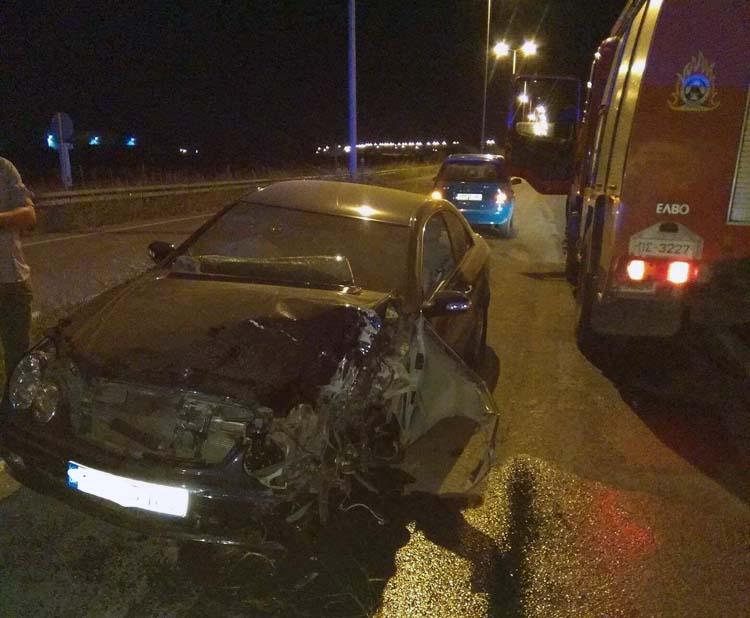 Αυτοκίνητο έπεσε πάνω σε κολόνα έξω από τον Τύρναβο: Άγιο είχε ο οδηγός - Δείτε φωτογραφίες