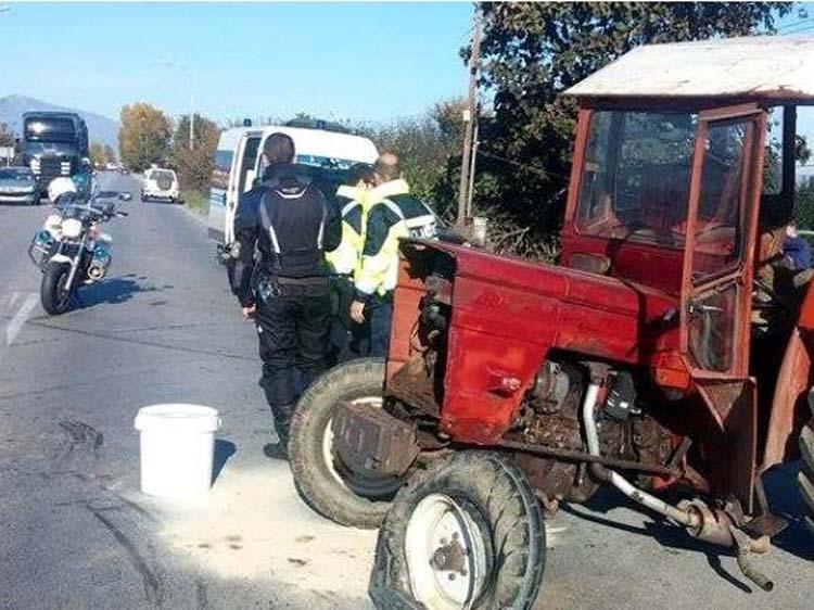 Τρακτέρ συγκρούστηκε με ΙΧ στην παλιά εθνική οδό Λάρισας – Βόλου: Ένας εγκλωβισμένος τραυματίας
