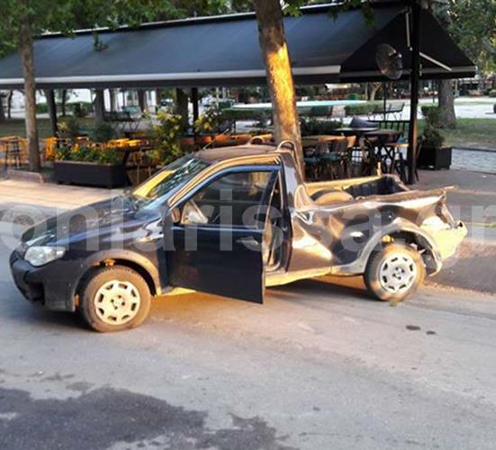 Απίθανο τροχαίο στη Φαρσάλων: Τζιπ χτύπησε σε αγροτικό που κατέληξε σε... καφετέρια! - Δείτε φωτογραφίες