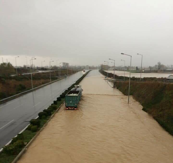 """Έκλεισε η εθνική οδός από Γυρτώνη μέχρι Κλειδί - """"Ιδιαίτερα γεωλογικά φαινόμενα"""" επικαλείται η παραχωρησιούχος εταιρεία!"""
