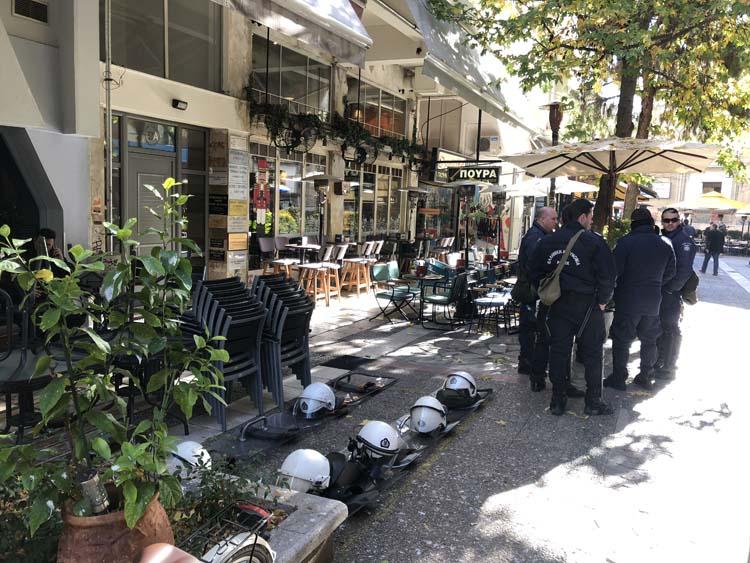 Ισχυρές αστυνομικές δυνάμεις στα γραφεία του ΣΥΡΙΖΑ στο κέντρο της Λάρισας - Συνεχίζουν την κατάληψη οι αναρχικοί