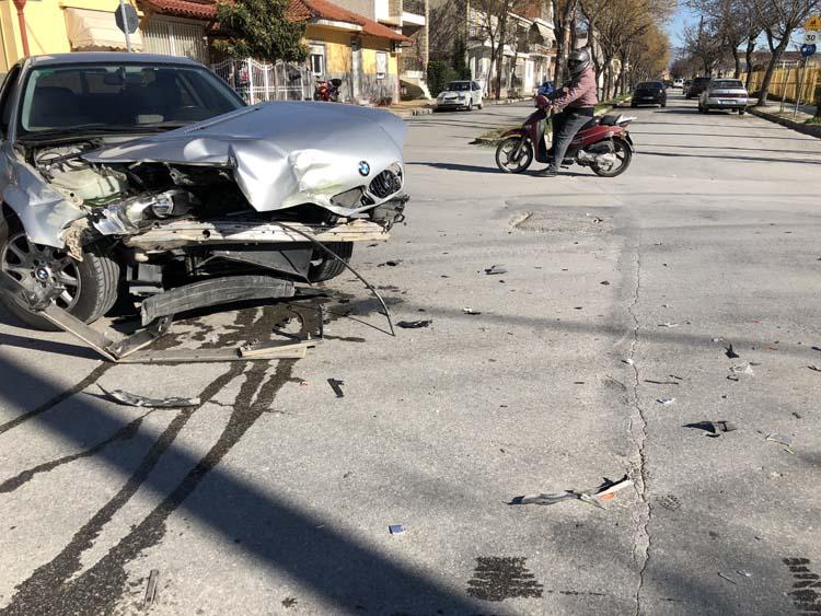 Σφοδρή σύγκρουση αυτοκινήτου με φορτηγάκι στη Νεάπολη - Ένας τραυματίας στο νοσοκομείο (φωτό)