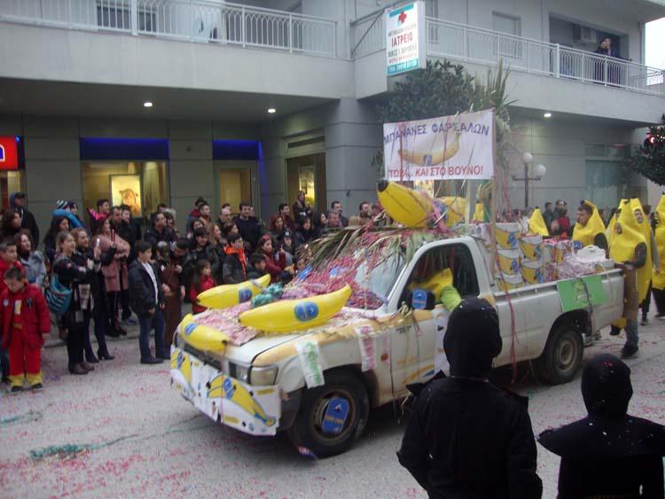 """Απίθανη ευρηματικότητα στα Φάρσαλα: Διακωμώδησαν τοπικό """"σκάνδαλο"""" κάνοντας το καρναβαλικό θέμα!"""