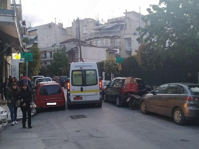 Τροχαίο στο κέντρο της Λάρισας με τραυματία ντελιβερά (φωτο)