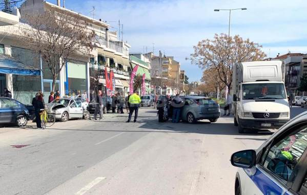 Σοβαρά τραυματίας πεζός που παρασύρθηκε από αυτοκίνητο στη Λάρισα - Δείτε φωτογραφίες