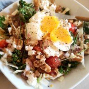salade chou kale et oeuf mollé