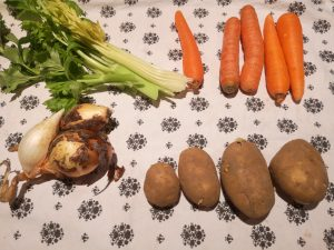 Préparation des légumes pour la soupe de fanes de chou fleur