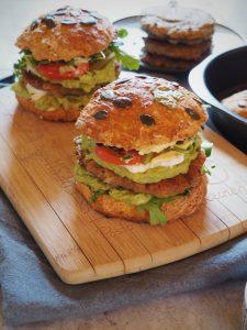 burgers végétariens aux galettes de lentilles vertes, guacamole, chèvre et mayonnaise maison