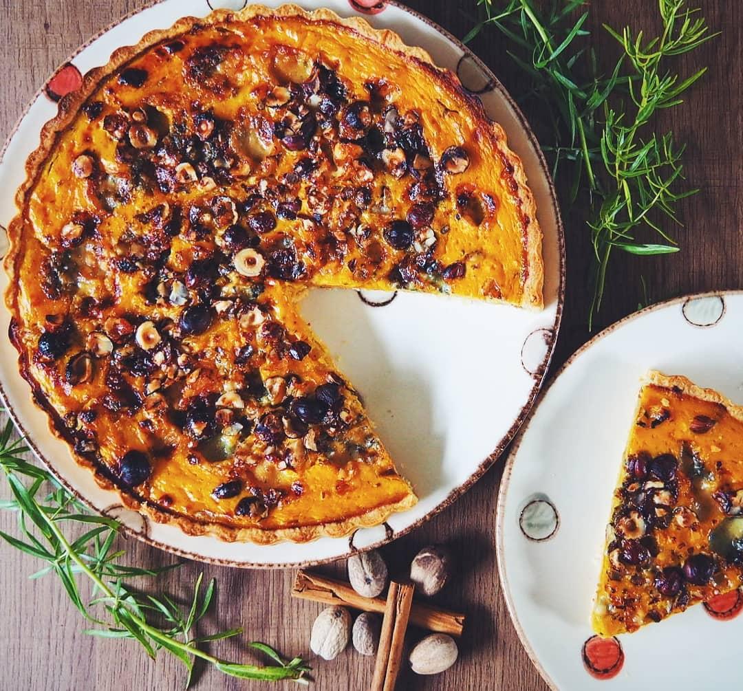 Tarte au potimarron, roquefort et noisettes à la noix de muscade et à la cannelle.
