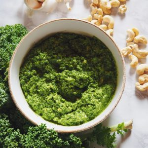 Le repas d'hier midi : salade endives, champignons, noisettes et pesto de chou kale