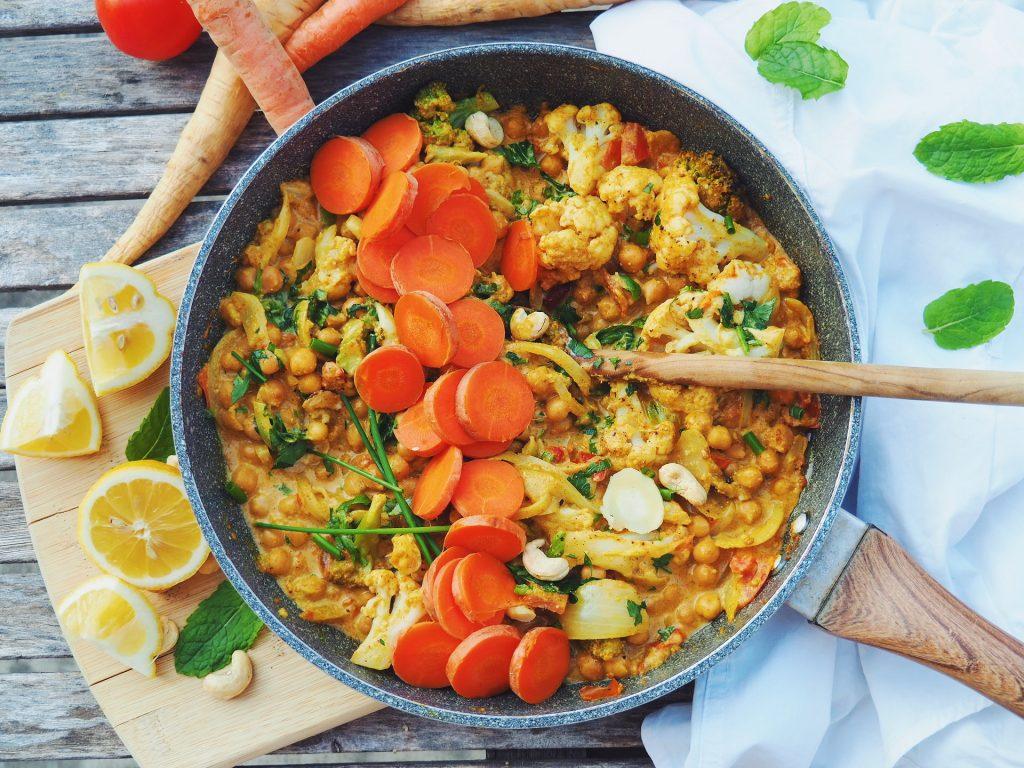 Paprika de légumes et de pois chiches au lait de coco, basilic, persil et citron