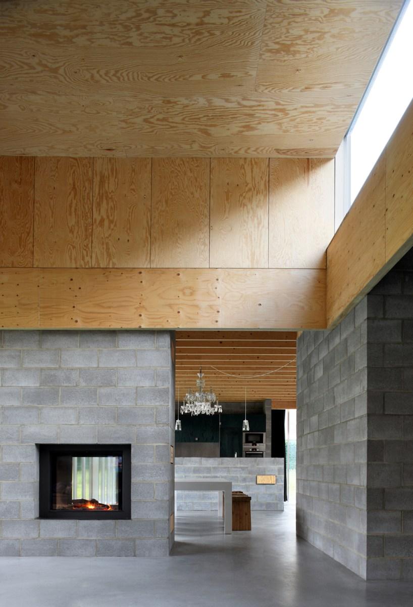 De zitruimte is als een majestueuze kamer met eenvoudige middelen opgetrokken; een dubbelzijdige haard richt zich zowel op zit- als eetruimte