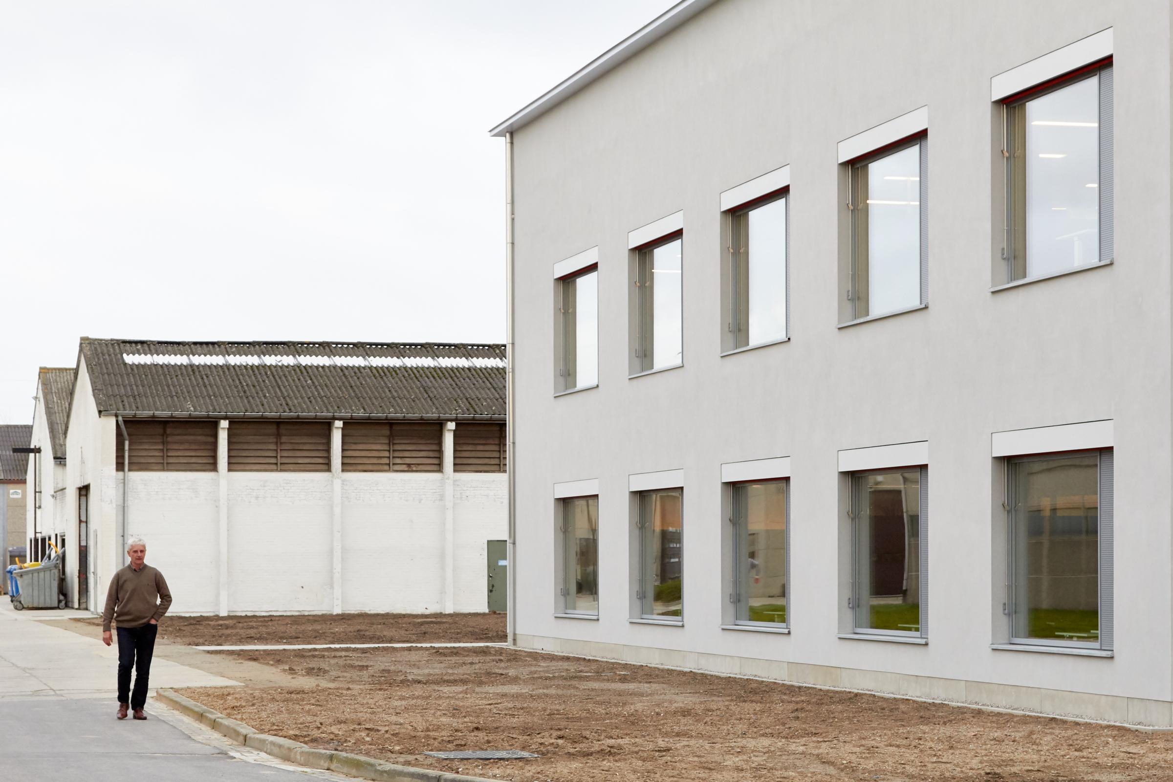 Het gebouw zoekt aanknoping met de utilitaire pragmatiek en esthetiek van de site