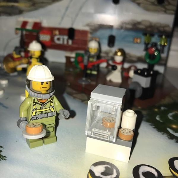 #legocityadvent Day 19: answer to yesterday provided by a pizza oven today. Strange guy is a pizza cook in breathing apparatus.