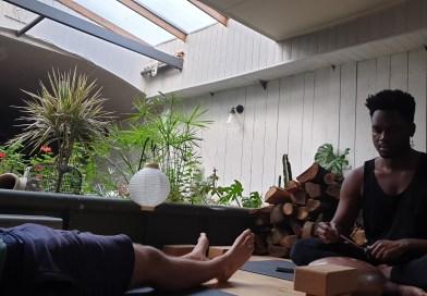 Une séance de yoga sur une péniche : le pari fou d'Aaron