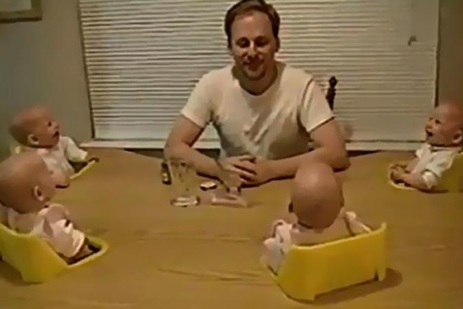 فيديو لأب يضحك توائمه الأربعة