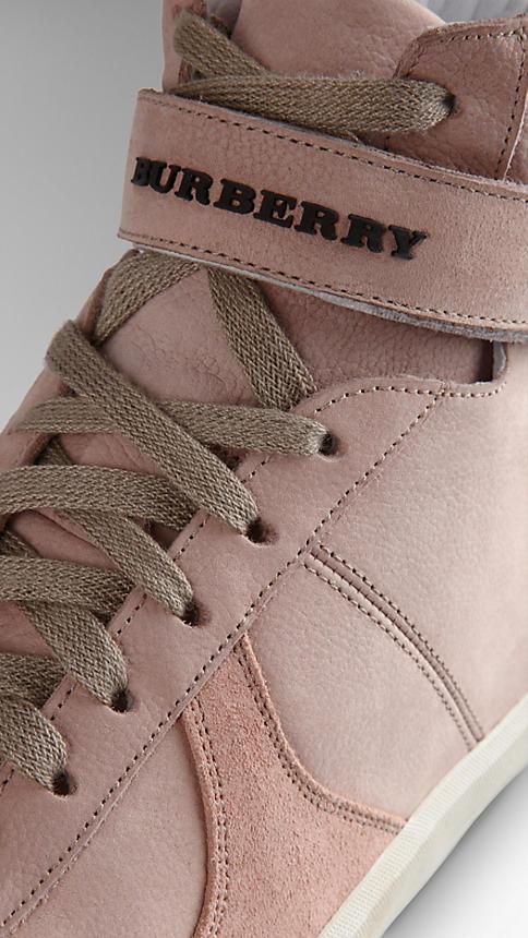 الأحذية الرياضية النسائية المميزة بشعار بربري (1)
