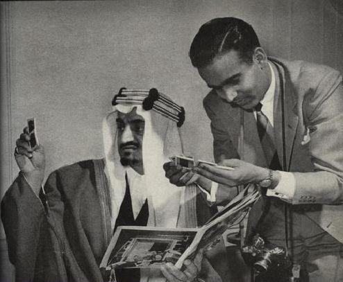 الملك فيصل مع المصور الحاج عبدالغفور شيخ يستعرضان الصور