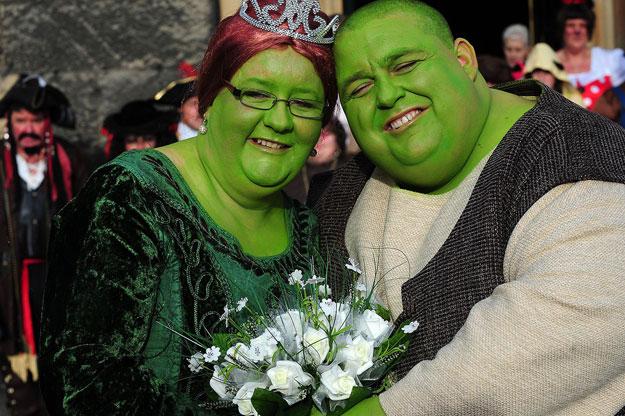 زوجان من بريطانيا يحتفلان بزفافهما على طريقة شريك 3