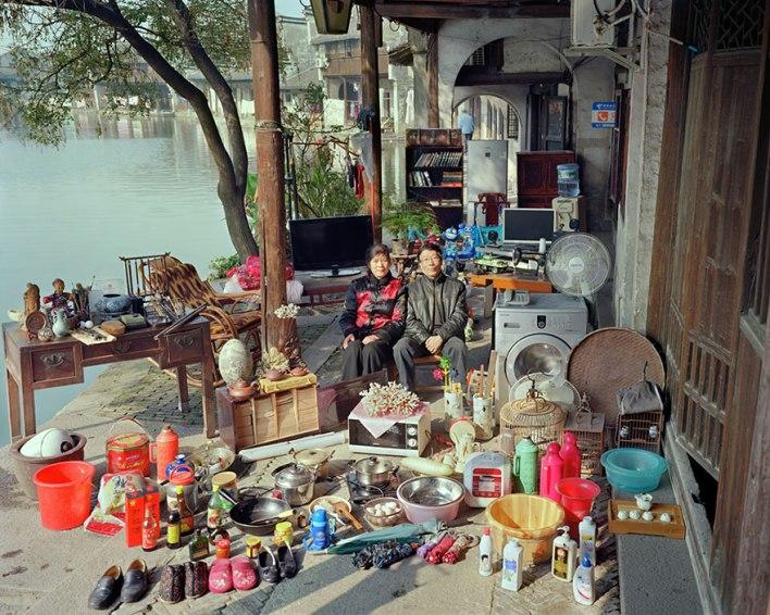 عائلات صينية تعرض جميع ممتلكاتها في صورة واحدة 11