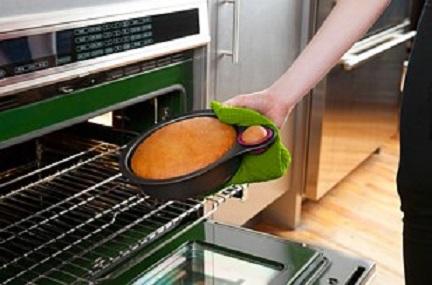 قالب للكيك يحتوي على جزء خاص لتجربته و التاكد من نضوج الكعكة