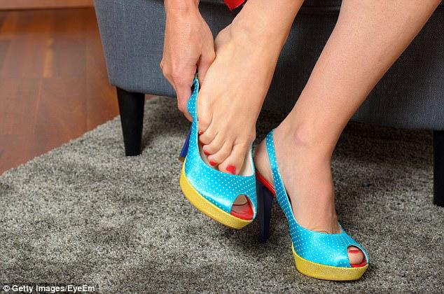 لهذا السبب يجب أن تخلع حذائك قبالة المنزل