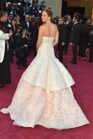 أجمل إطلالات النجمات في حفل جوائز الأوسكار على مدار السنين فستاني