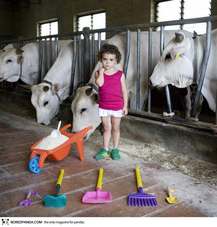 صور لأطفال العالم مع العابهم المفضلة