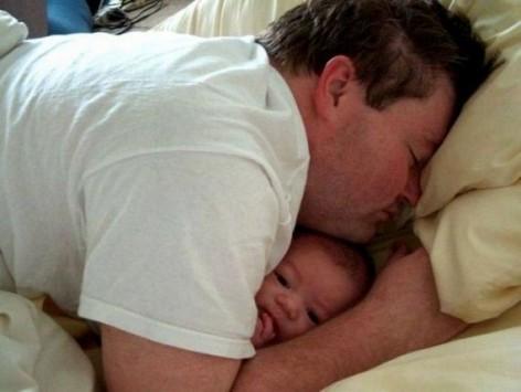 نوم طفلك معك في السرير قد يتسبب في اختناقه !