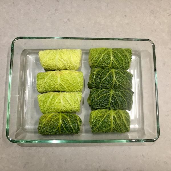 Savooiekoolrolletjes gevuld met pastinaakpuree en zalm