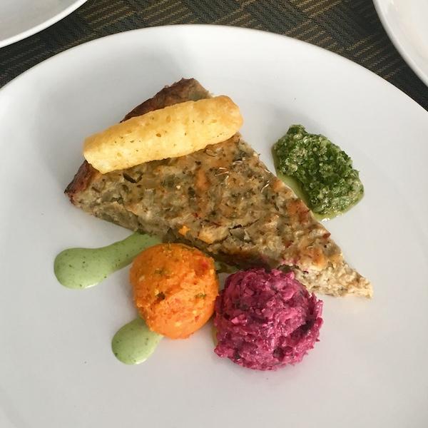 Auberginetaartje met kappertjes-peterseliesaus, wortelpuree en bietensalade