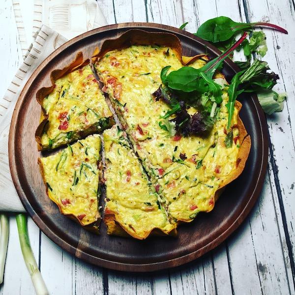 Courgette-ricottataart met ontbijtspek