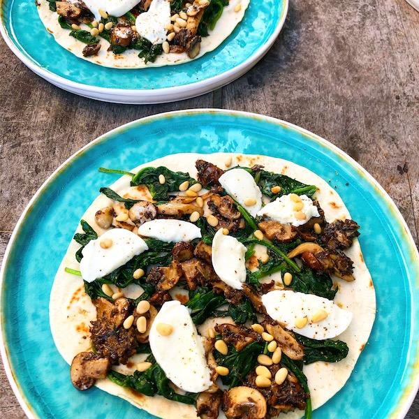 Piadina met paddenstoelen, truffeltapenade en spinazie