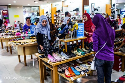 Photo Young Women Shopping Yogyakarta Indonesia Ooaworld
