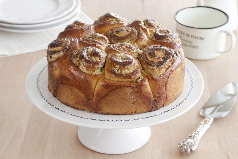 עוגת שמרים במילוי טחינה ופיסטוקים