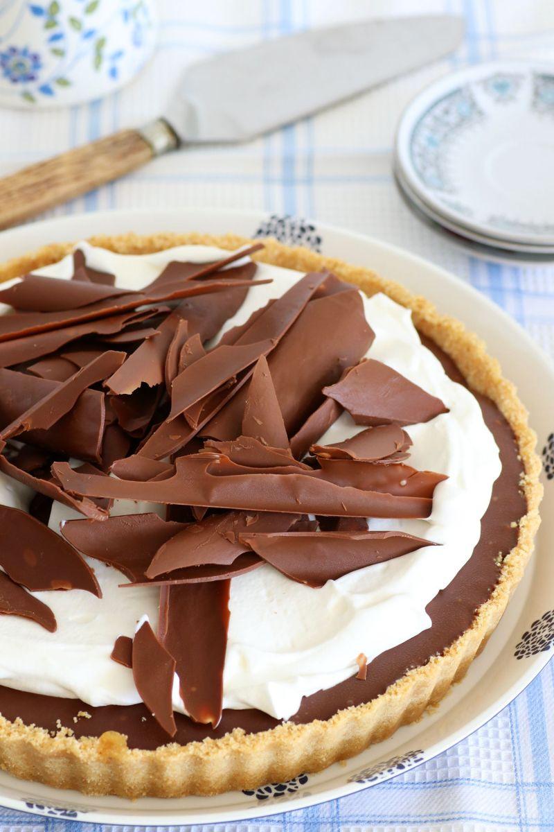 פאי שוקולד ובננות מקורמלות עם קצפת ללא אפייה