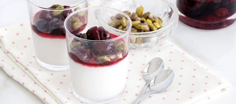 מלבי חלב קוקוס עם פירות יער ופיסטוקים