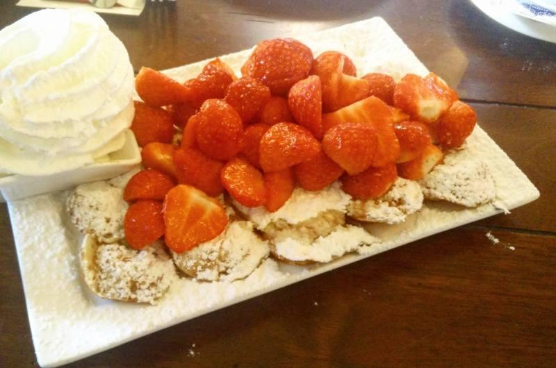 פופרייטס עם תותים וקצפת - De Vier Pilaren