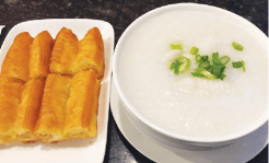 Neptune Special Seafood Congee は海老、イカ などがゴロゴロ入って大満足($10.25)。カリカ リのチャイニーズドーナツ($3.98)をディップ していただくのが香港スタイル