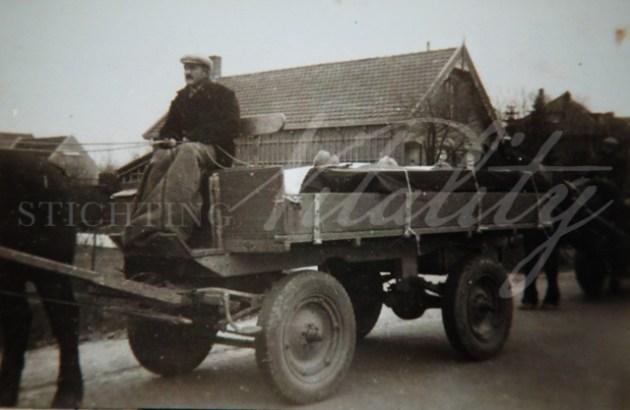 Kapelse burgers brengen Franse soldaten naar de begraafplaats.