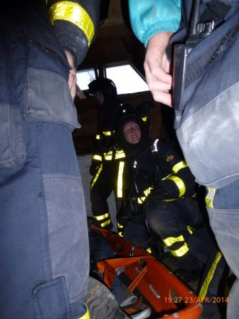 Het slachtoffer met brandweermensen