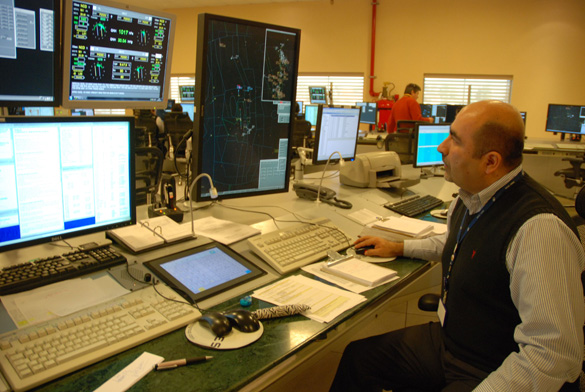 Chief of Radar Operations Mauricio Blanco at work. (Credit: Leslie Kean)